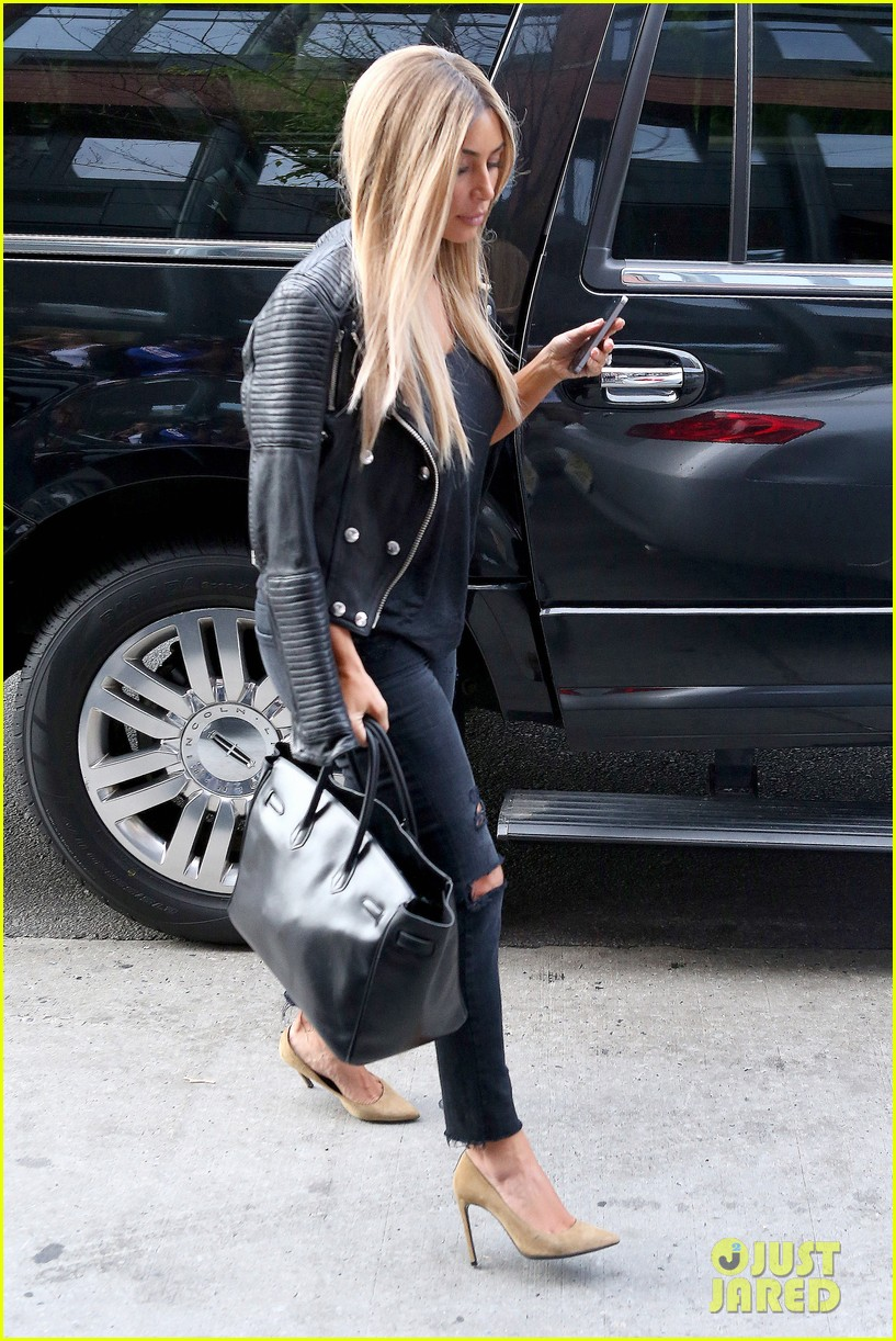 kim kardashian steps out with new blonde hair 05