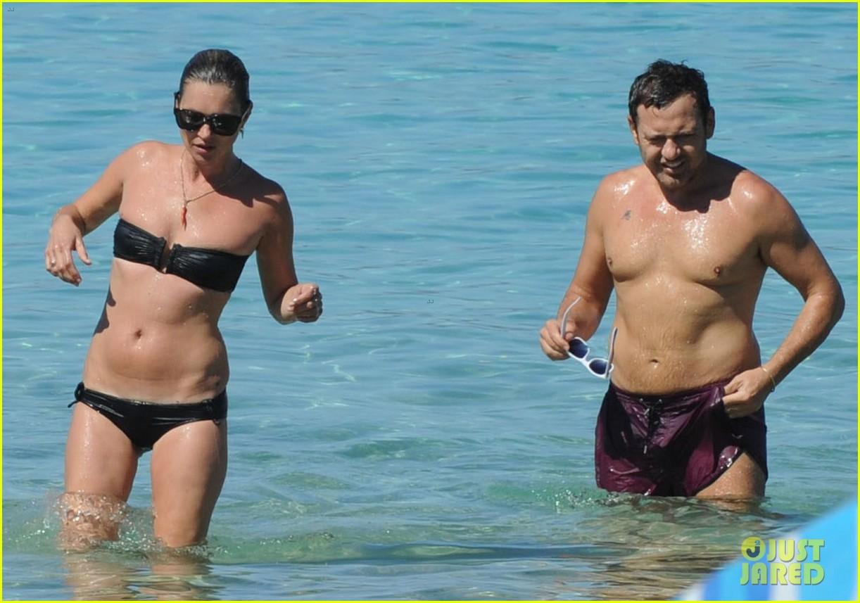 kate moss bikini bod soaking sun ibiza 11