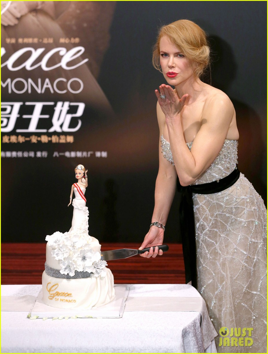 nicole kidman cuts grace of monaco cake in shanghai 11