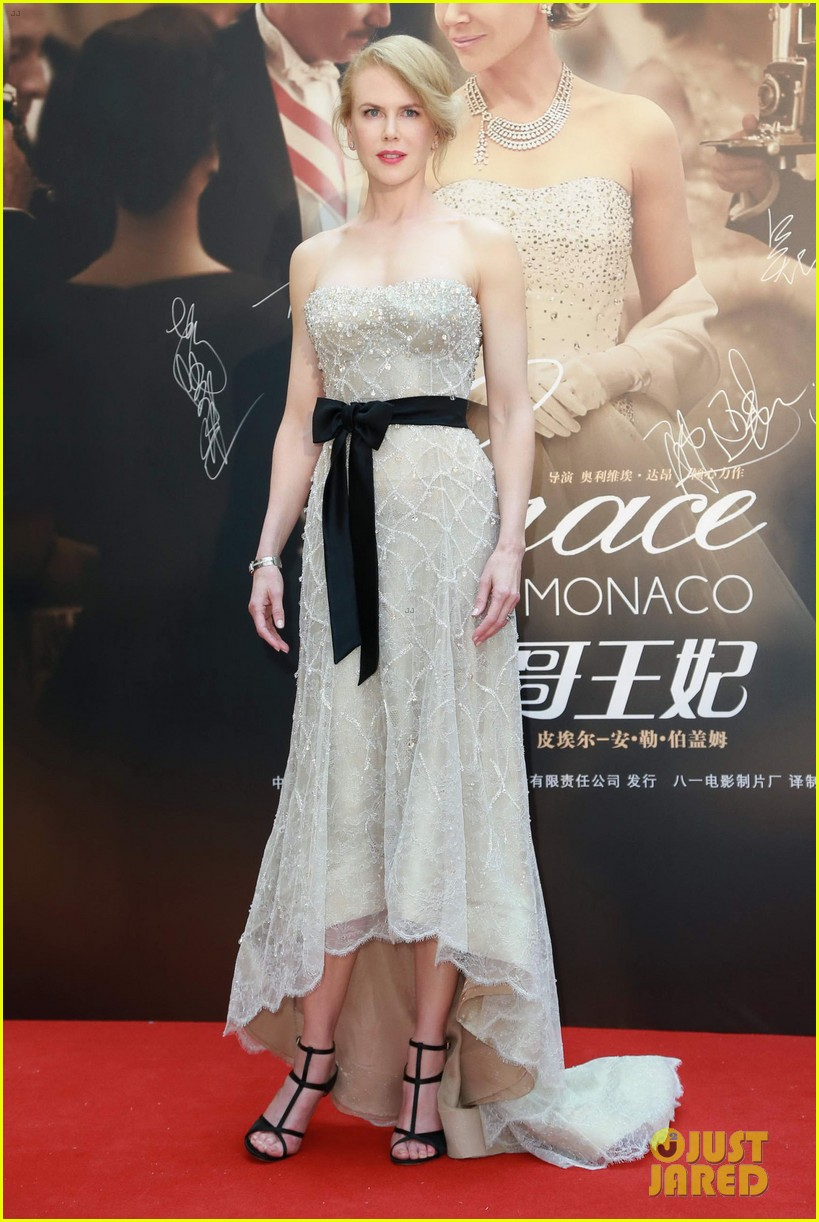 nicole kidman cuts grace of monaco cake in shanghai 20