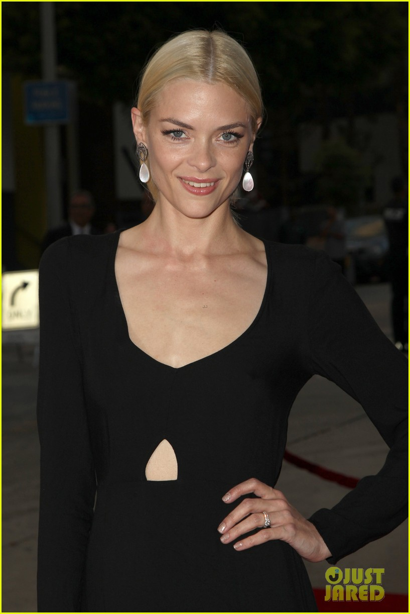 jaime king reveals why she posted breast feeding photo 243134488