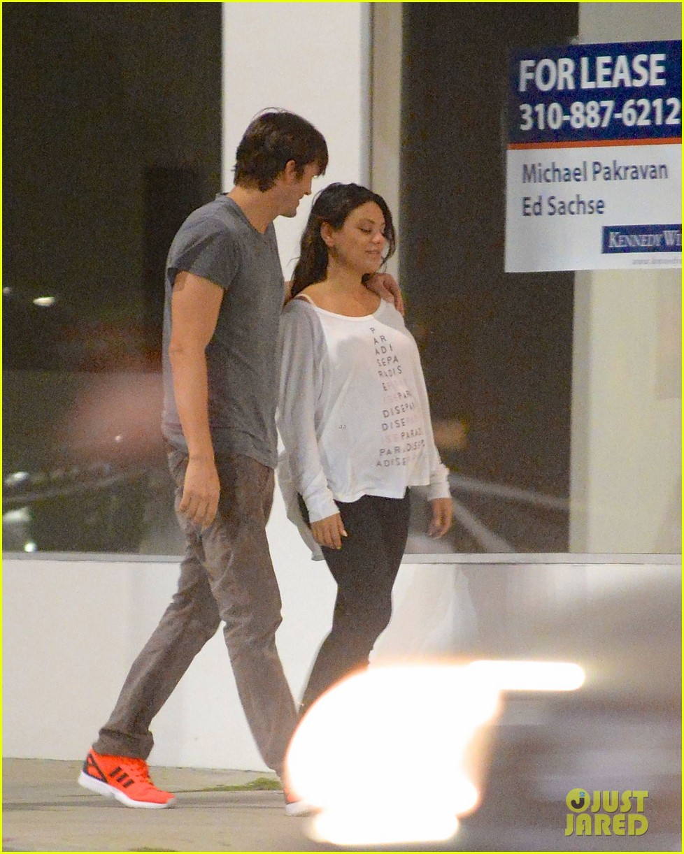 ashton kutcher pregnant mila kunis romantic kiss 043130590