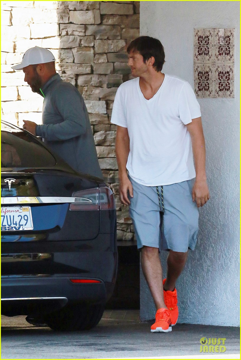 ashton kutcher mila kunis look closer than ever 12