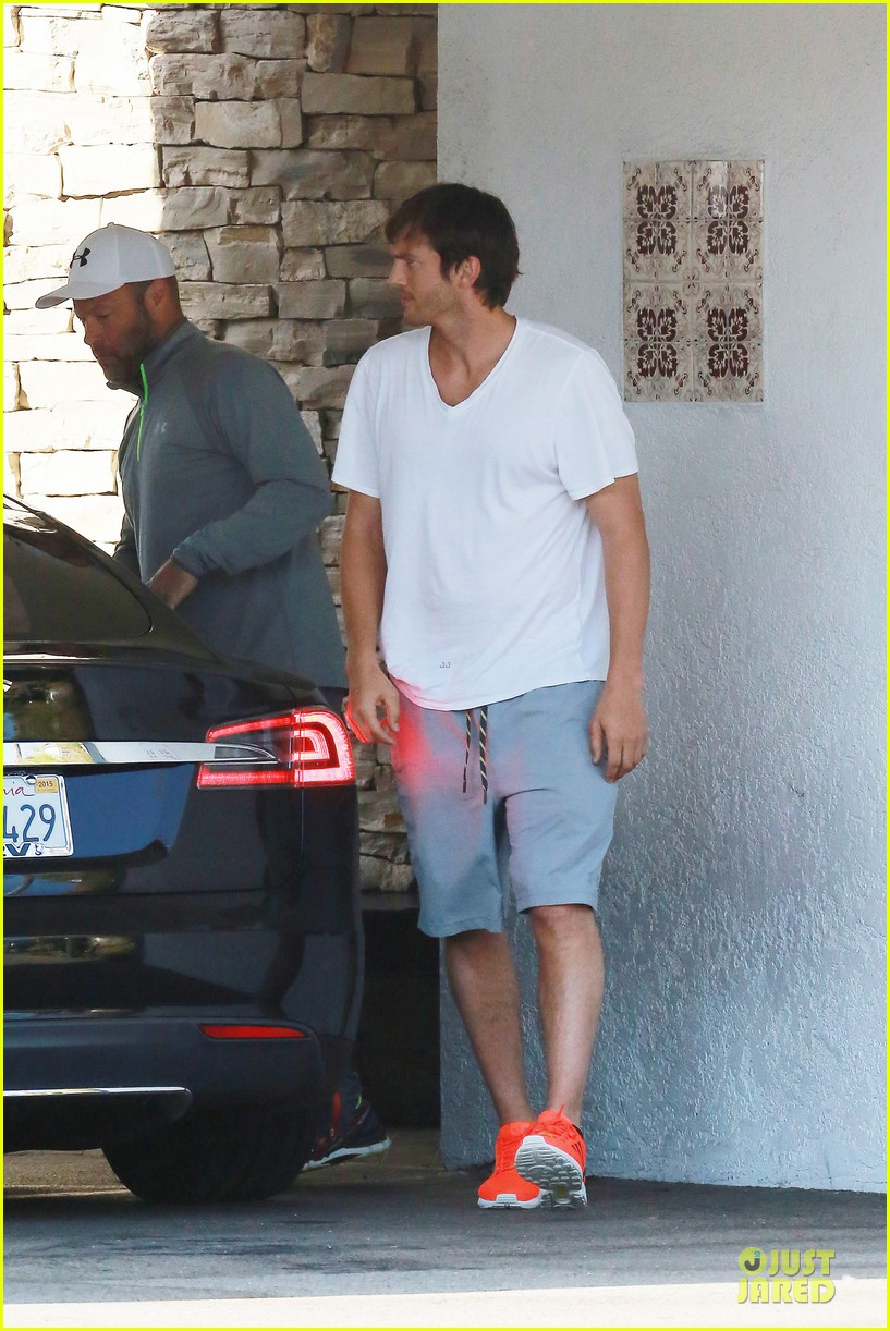 ashton kutcher mila kunis look closer than ever 14