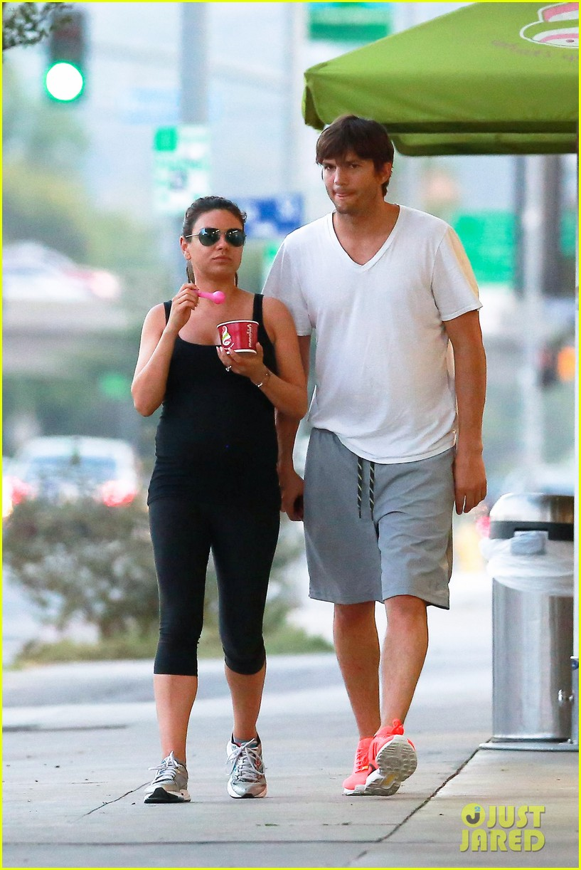 ashton kutcher plants a sweet kiss on pregnant mila kunis 02