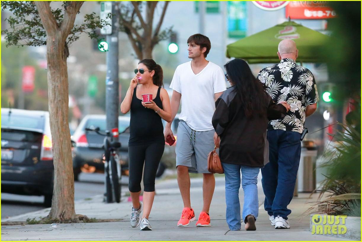 ashton kutcher plants a sweet kiss on pregnant mila kunis 28