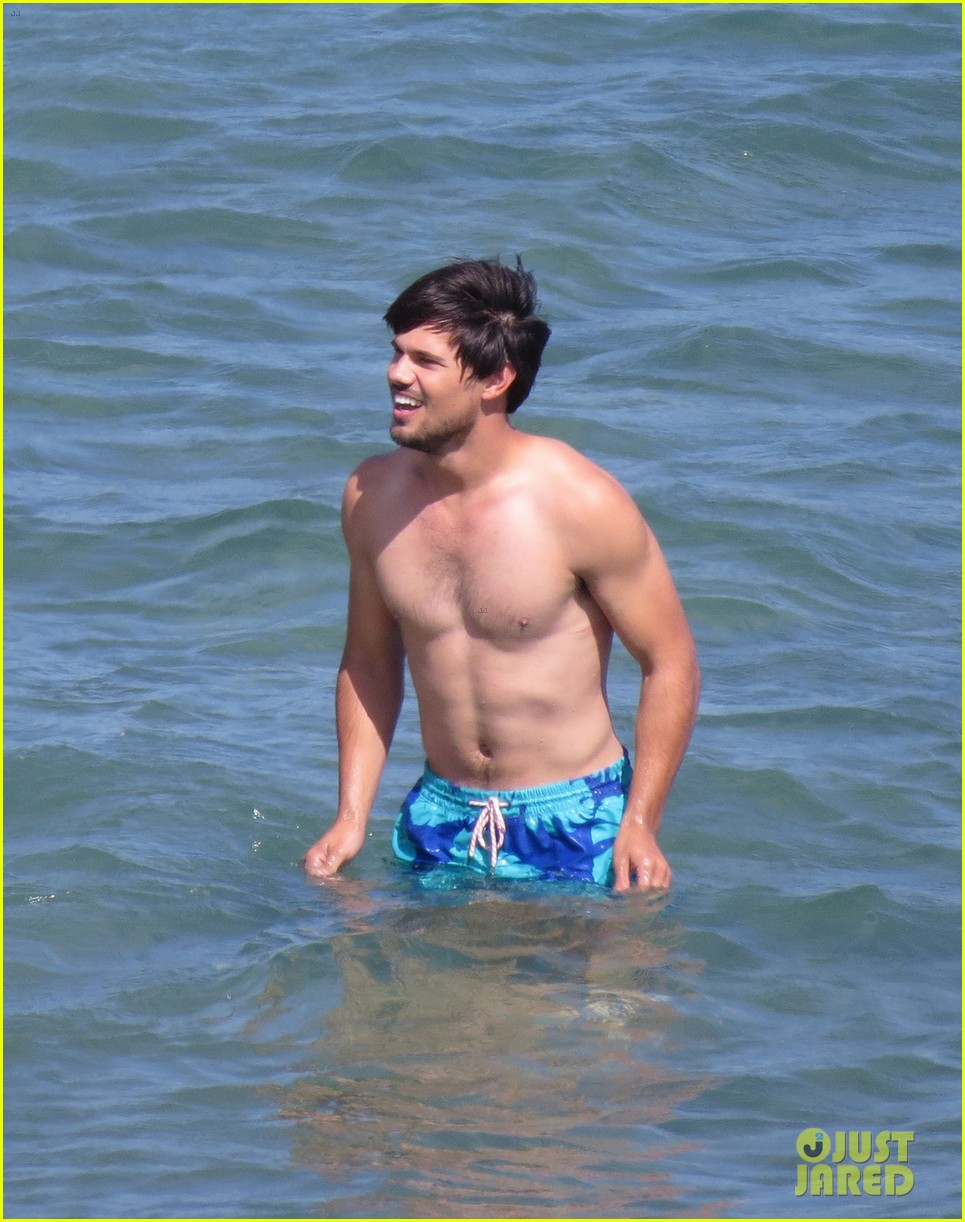 taylor lautner goes shirtless for run the tide beach scenes 05