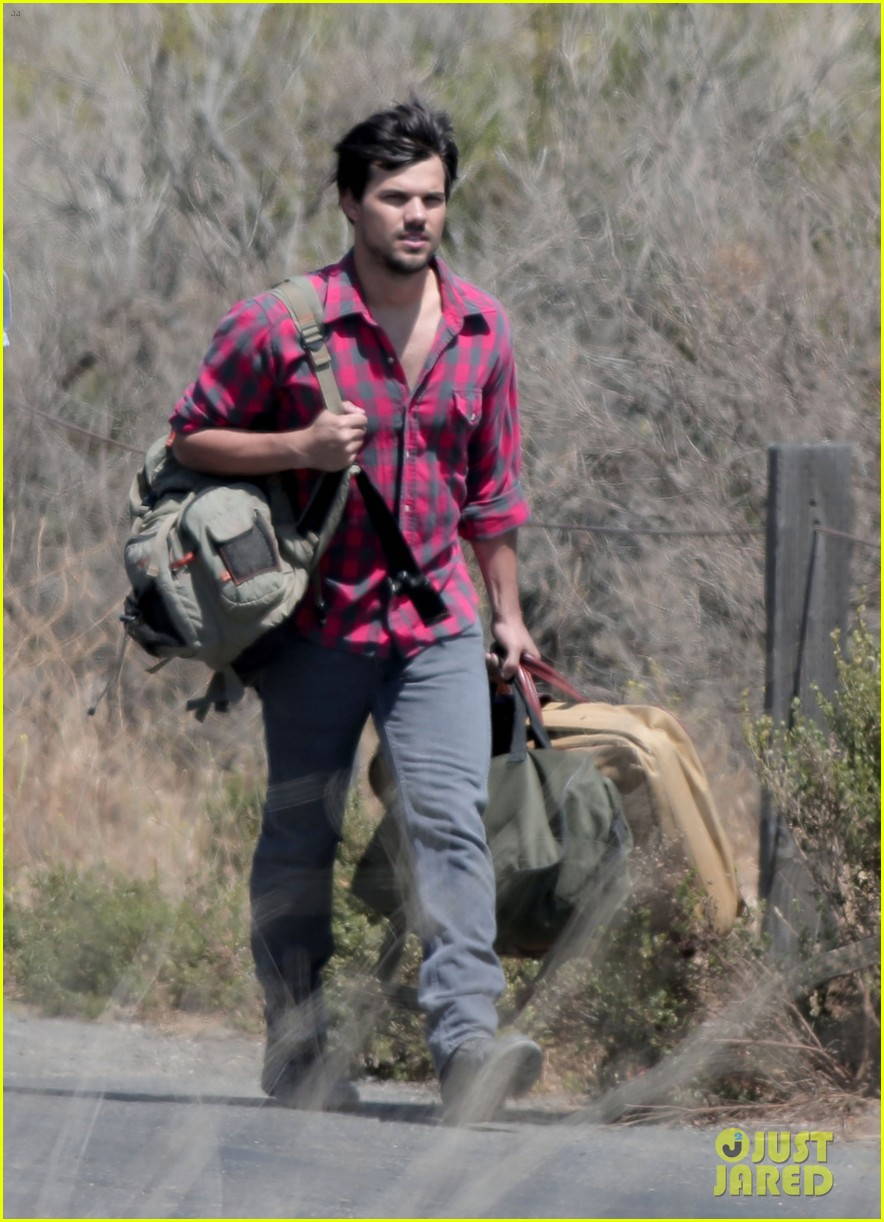taylor lautner goes shirtless for run the tide beach scenes 113138082