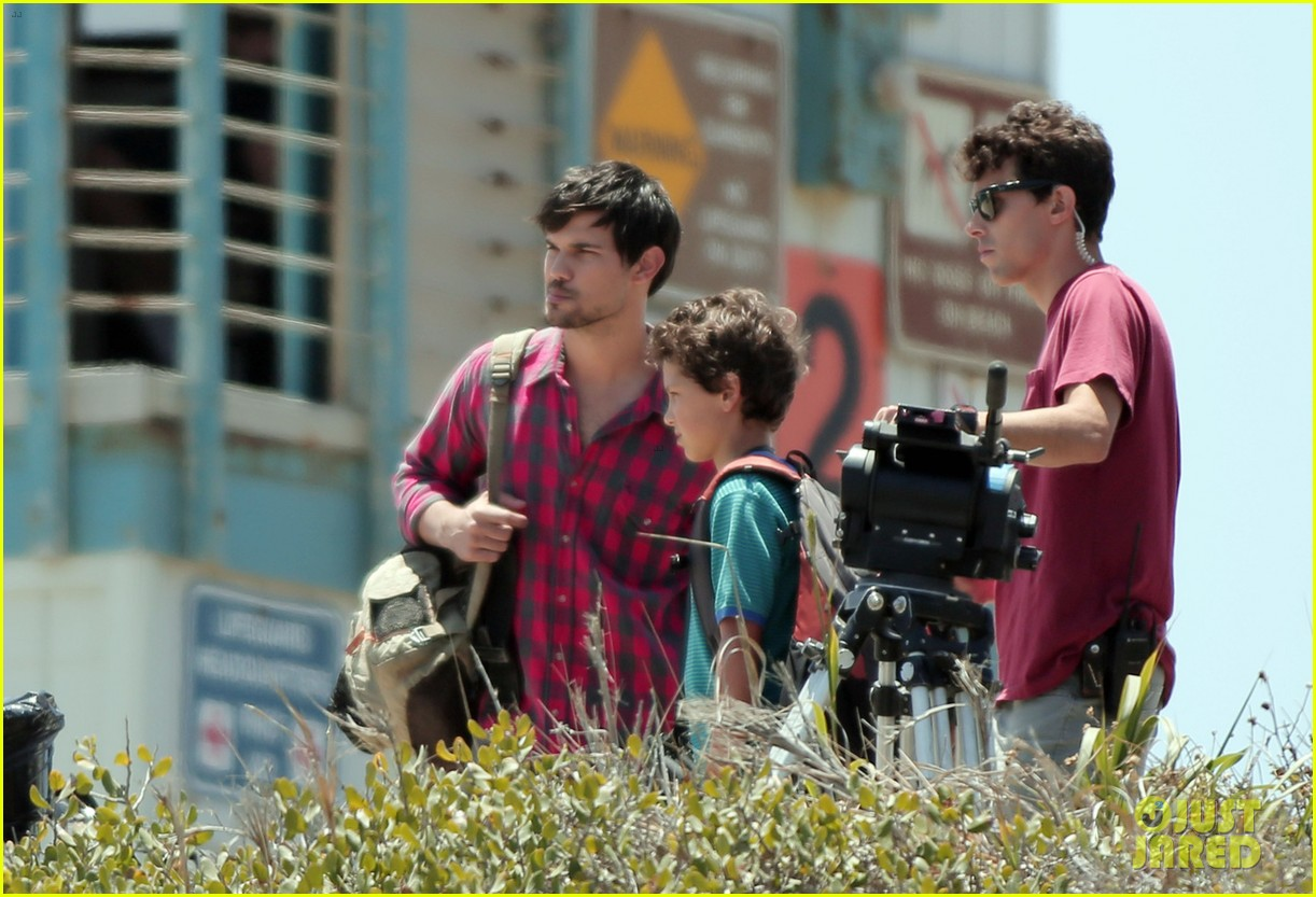 taylor lautner goes shirtless for run the tide beach scenes 16