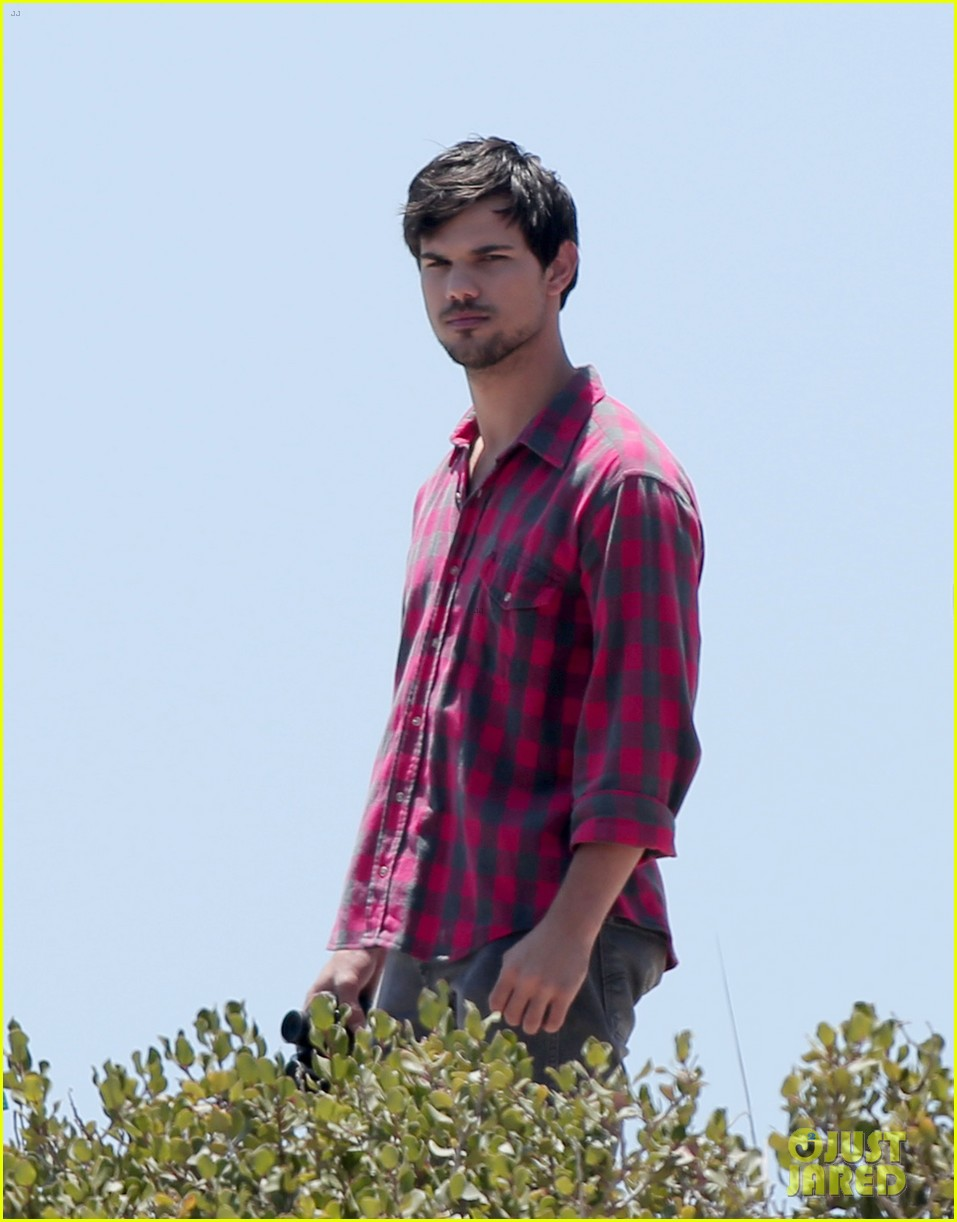 taylor lautner goes shirtless for run the tide beach scenes 24
