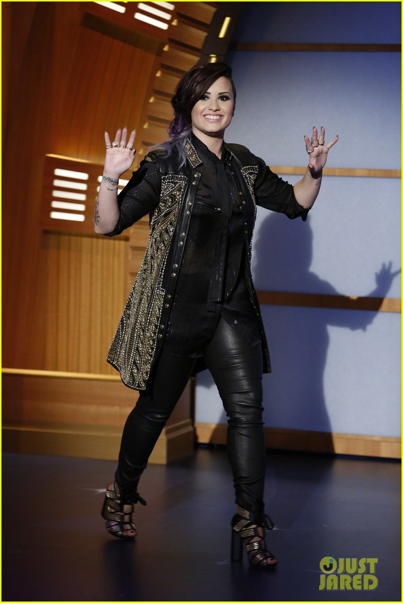 demi lovato visits late night with seth meyers 013128706