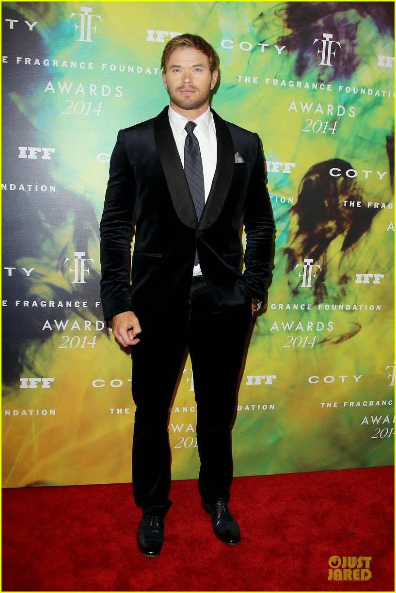 kellan lutz michael c hall dress fragrance foundation awards 01