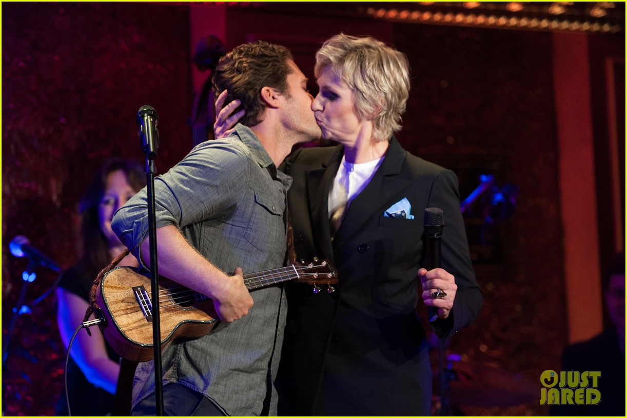jomatthew morrison kisses jane lynch on stage for her solo concert debut 01