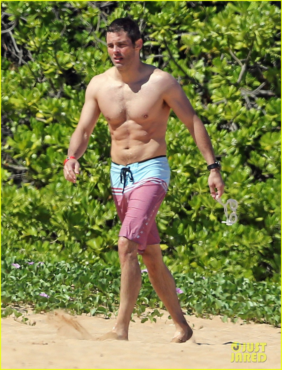 shirtless james marsden shows ripped body in hawaii 04