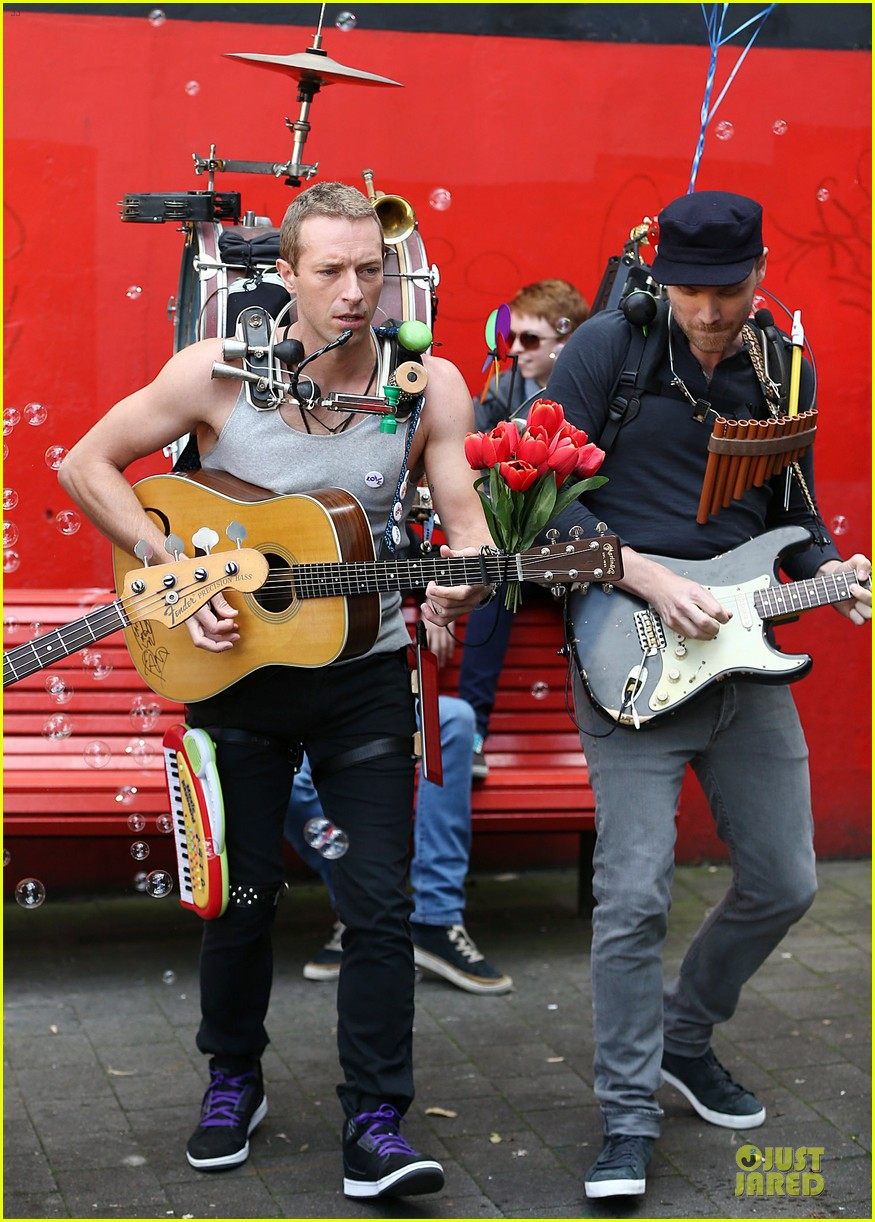 chris martin flaunts muscles on coldplay music video 033137541