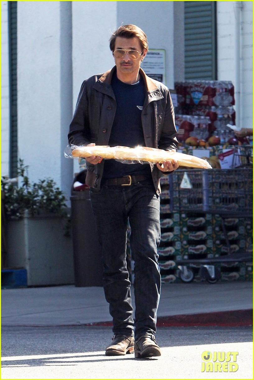 olivier martinez satisfies his baguette craving 03