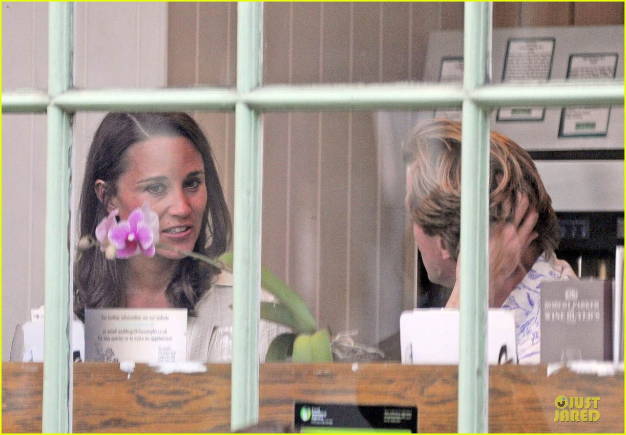 pippa middleton grabs drinks with tom kingston 17