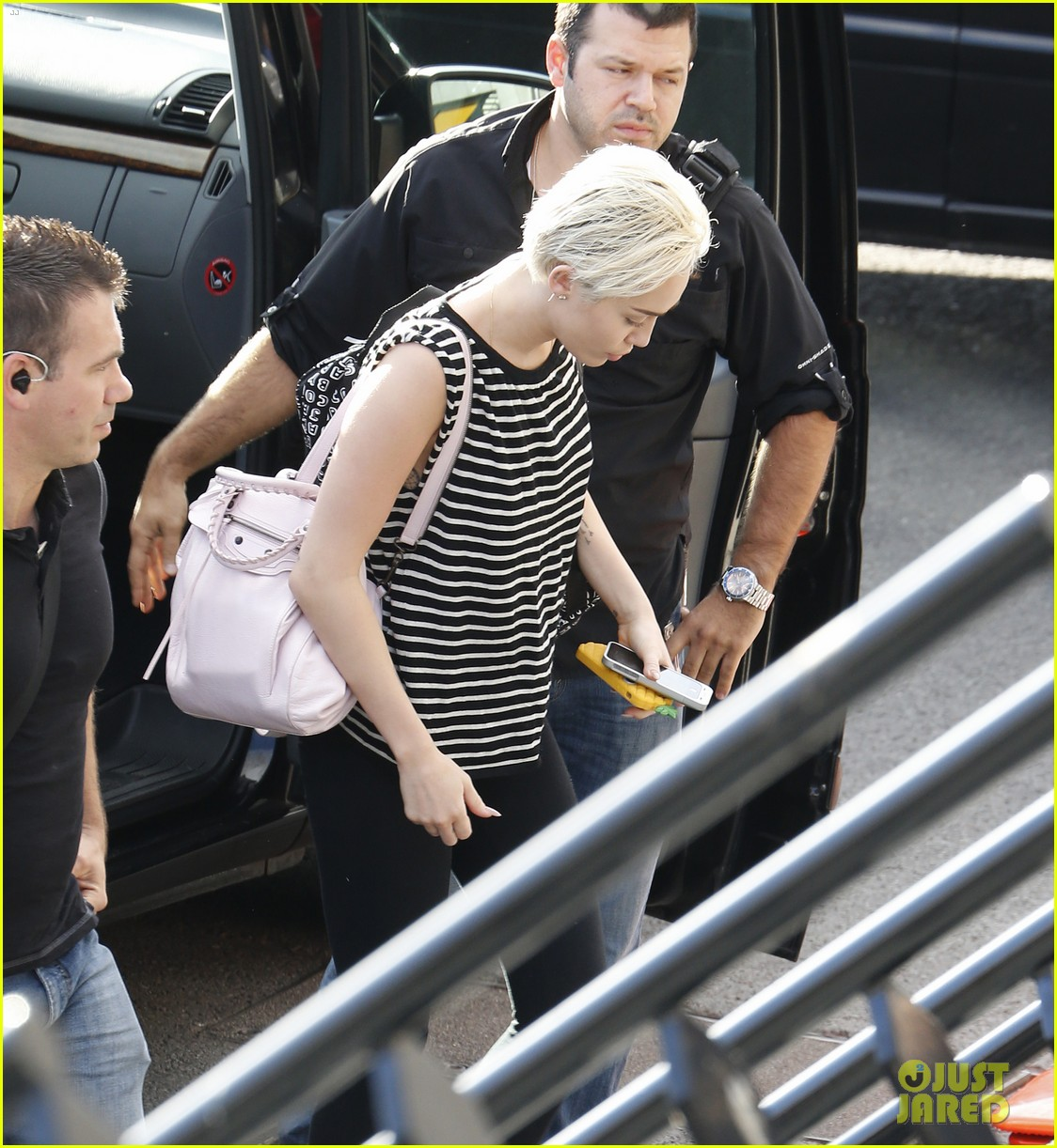 miley cyrus arrives amsterdam last bangerz tour stop 04
