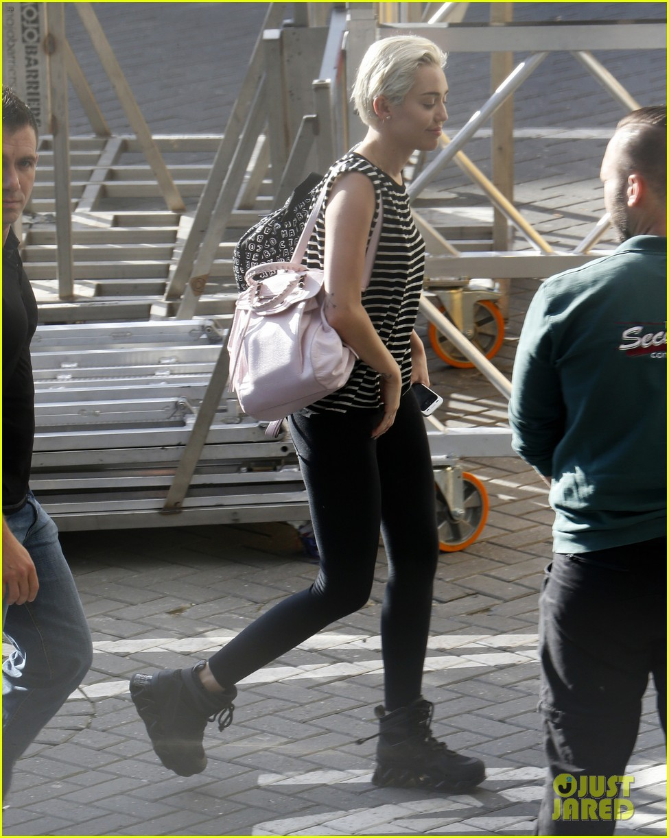 miley cyrus arrives amsterdam last bangerz tour stop 07