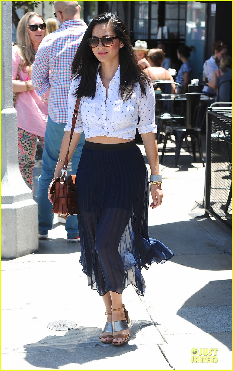 olivia munn goes classic since it fits body 013128682