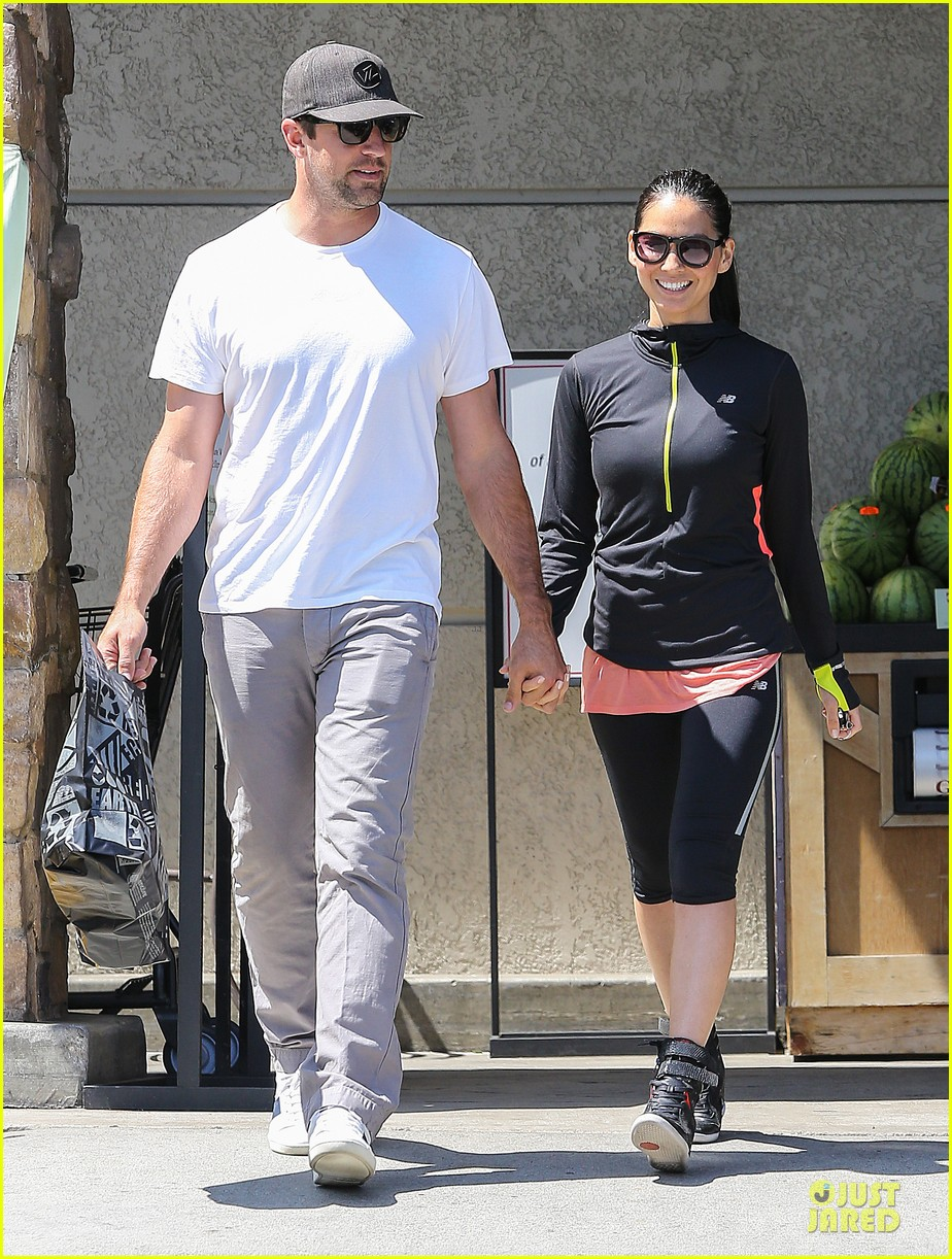 olivia munn aaron rodgers bring blossoming love to gelsons 013132113