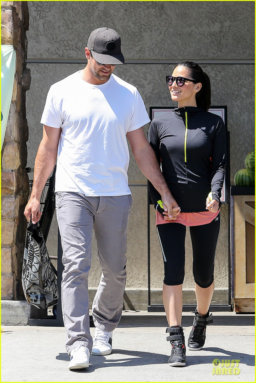 olivia munn aaron rodgers bring blossoming love to gelsons 133132125