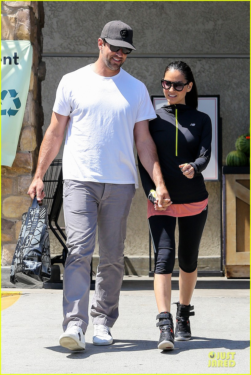 olivia munn aaron rodgers bring blossoming love to gelsons 15