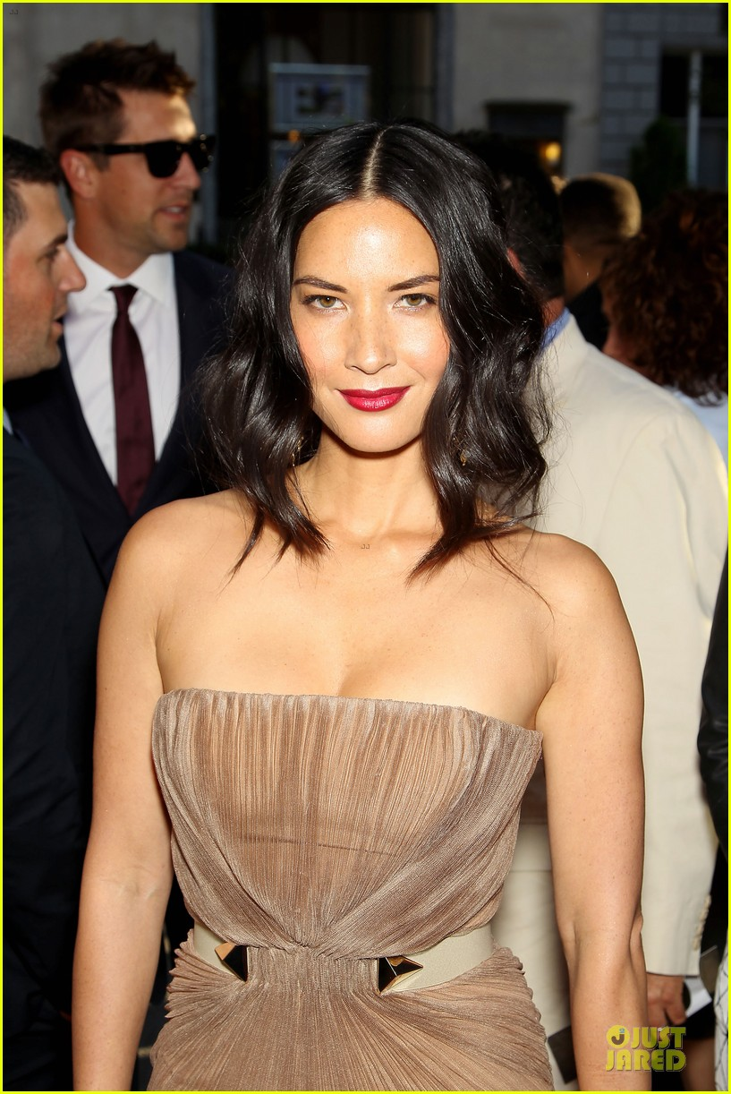 olivia munn aaron rodgers look perfect for deliver us from evil screening 02