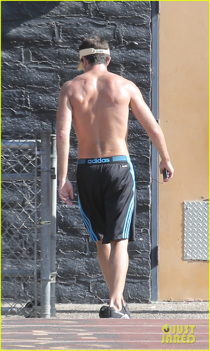 jerry oconnell shows off fit body while running shirtless 033144205