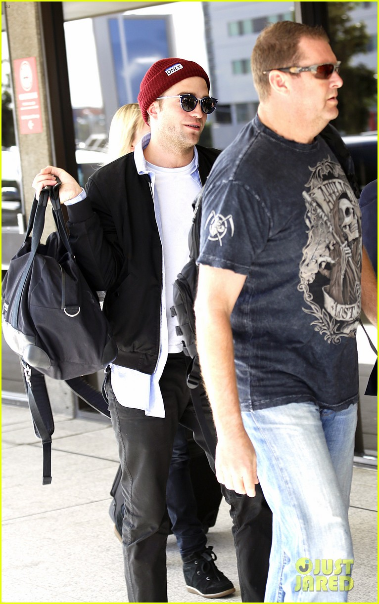 robert pattinson flys out of sydney after rover premiere 09