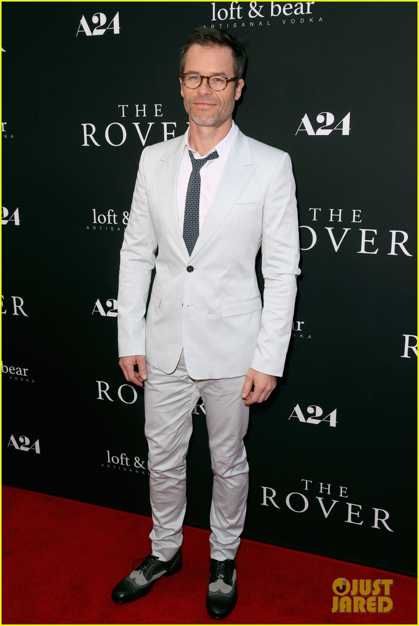 robert pattinson guy pearce rover hollywood premiere 043134356