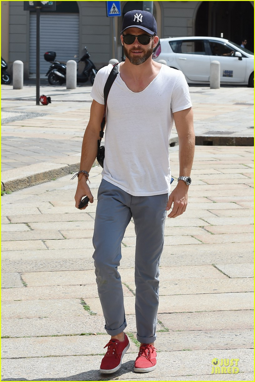 chris pine capture moments in italy 01