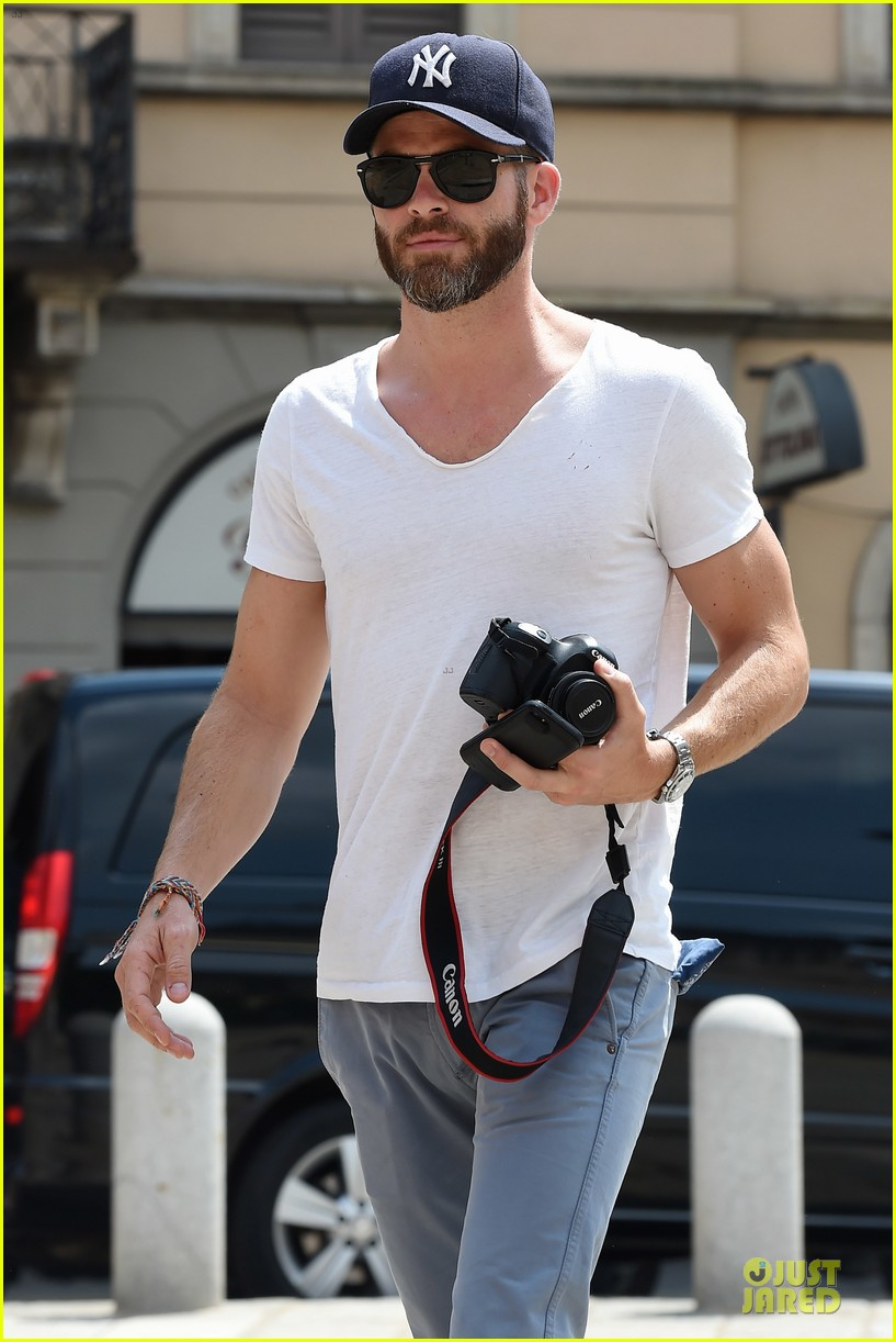 chris pine capture moments in italy 12