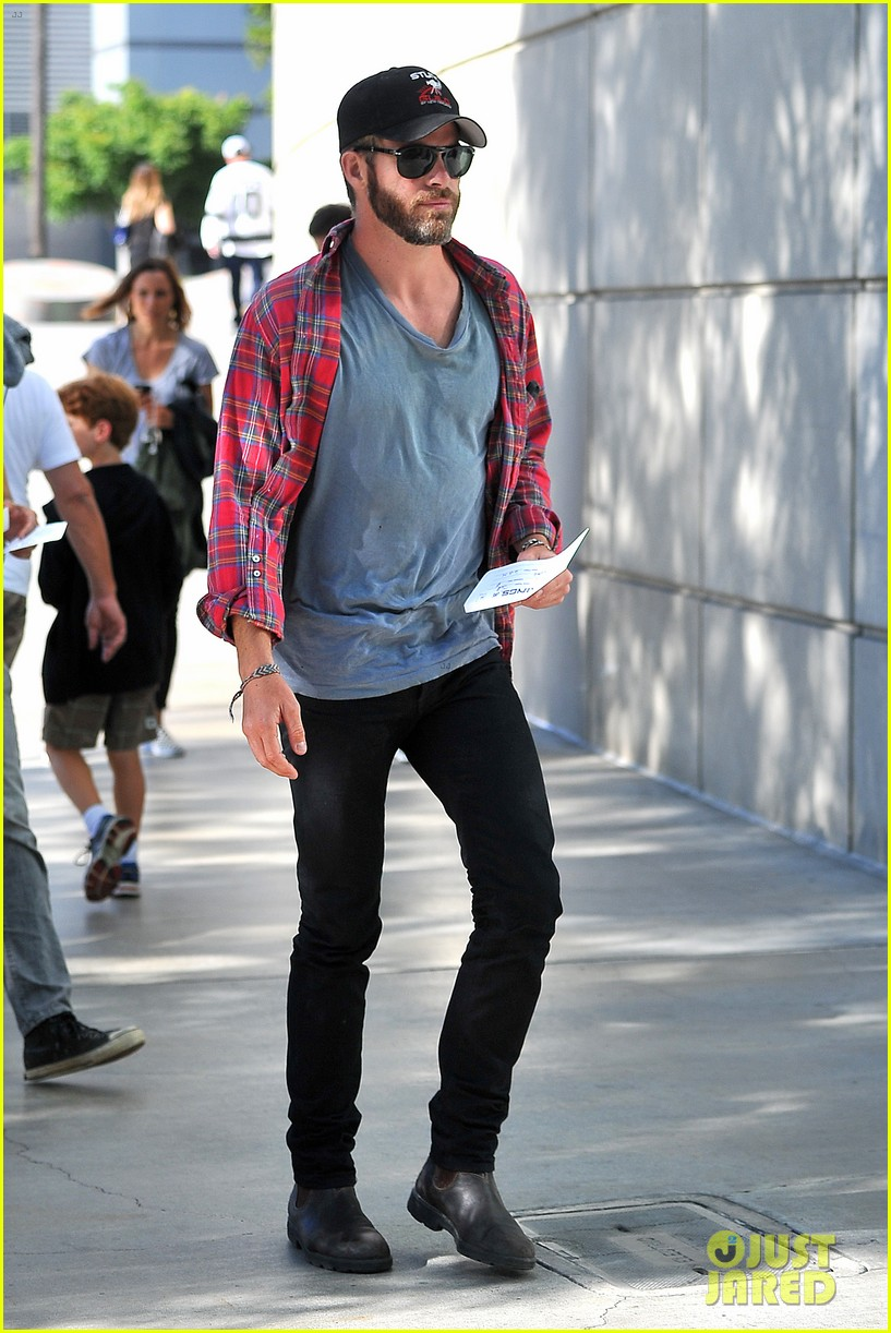 chris pine taylor kitsch give us eye candy at kings game 033135128