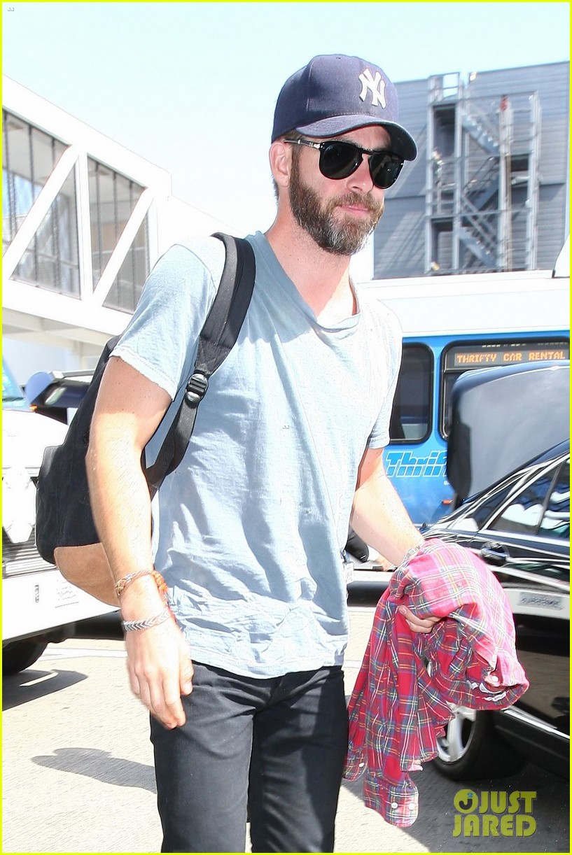 chris pine scruffy airport 01