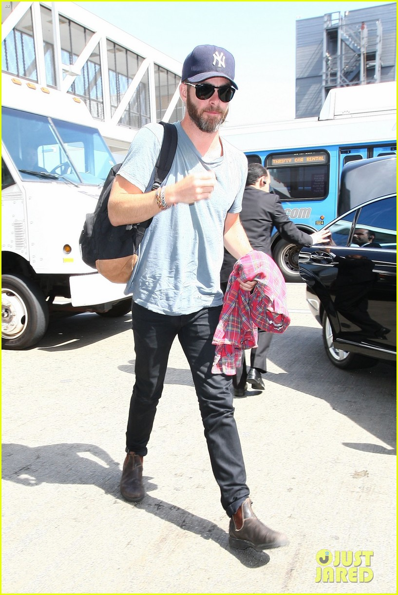 chris pine scruffy airport 043140132
