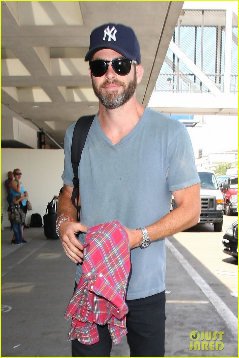 chris pine scruffy airport 07