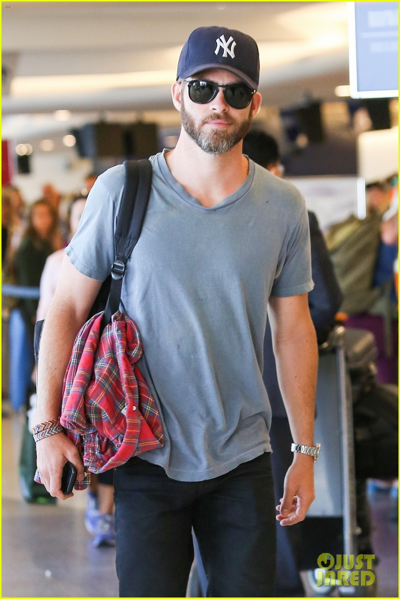 chris pine scruffy airport 11