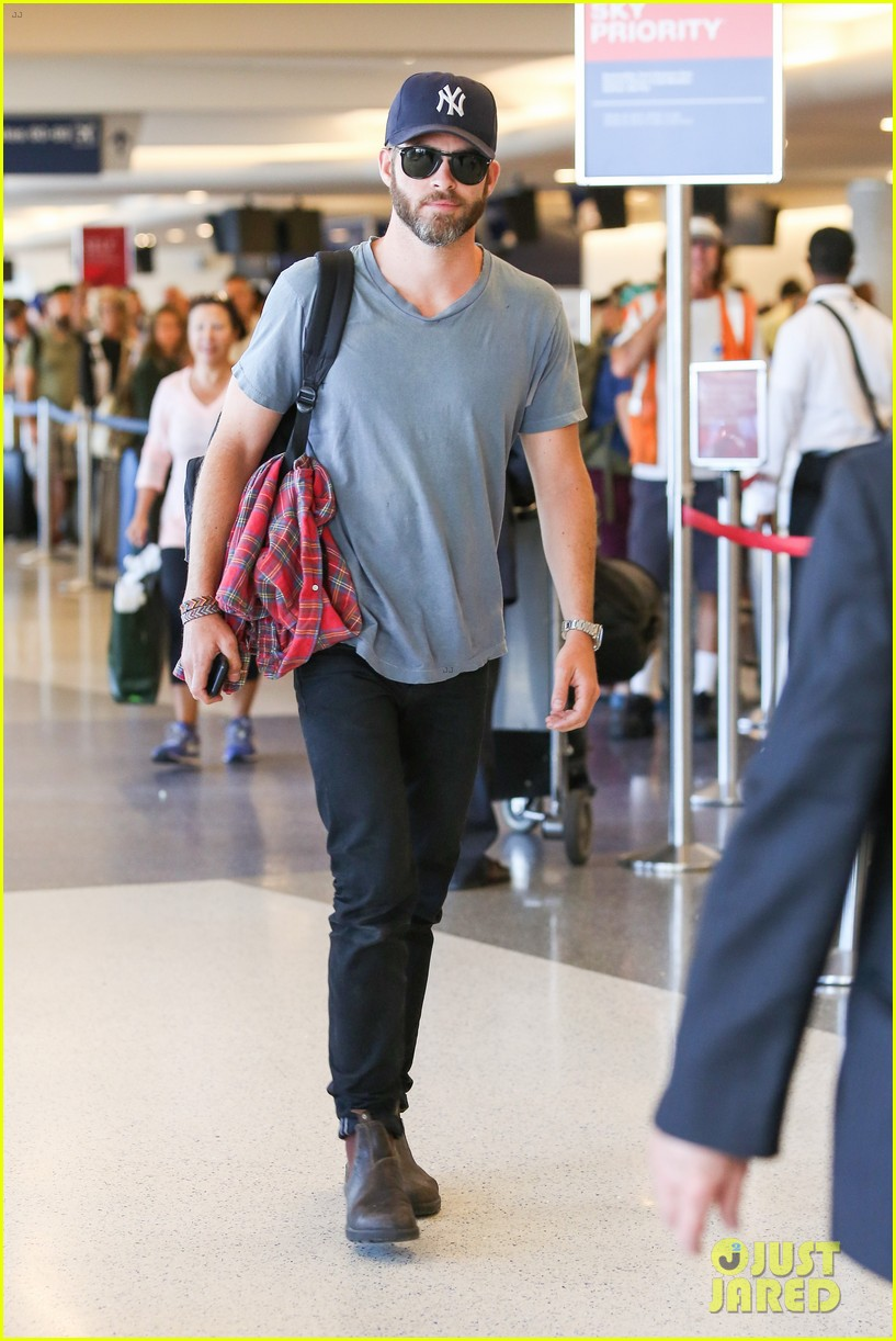 chris pine scruffy airport 12