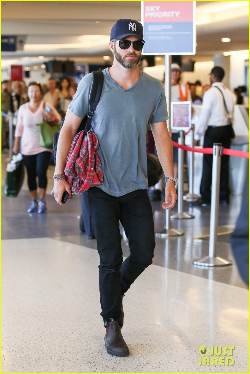 chris pine scruffy airport 14