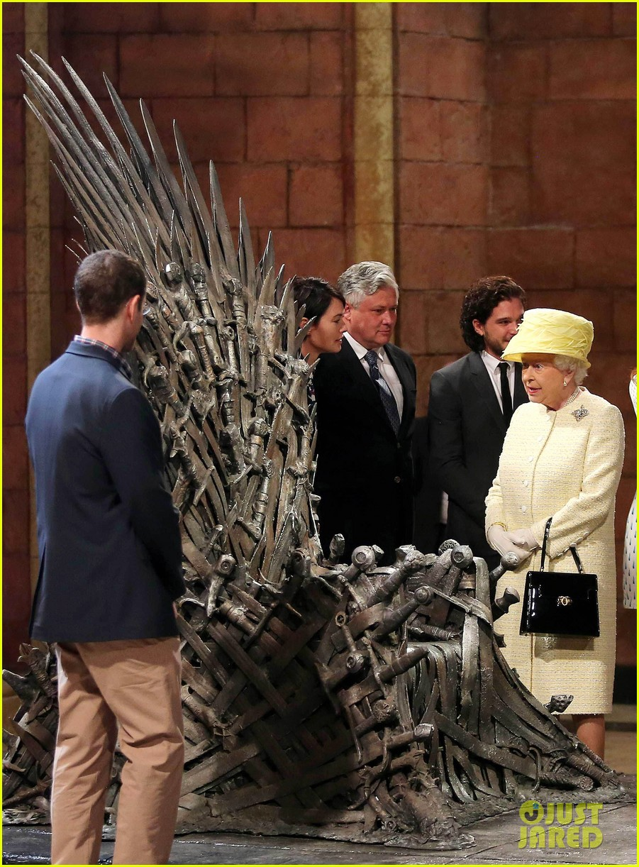 queen elizabeth visits game of thrones set 113142593
