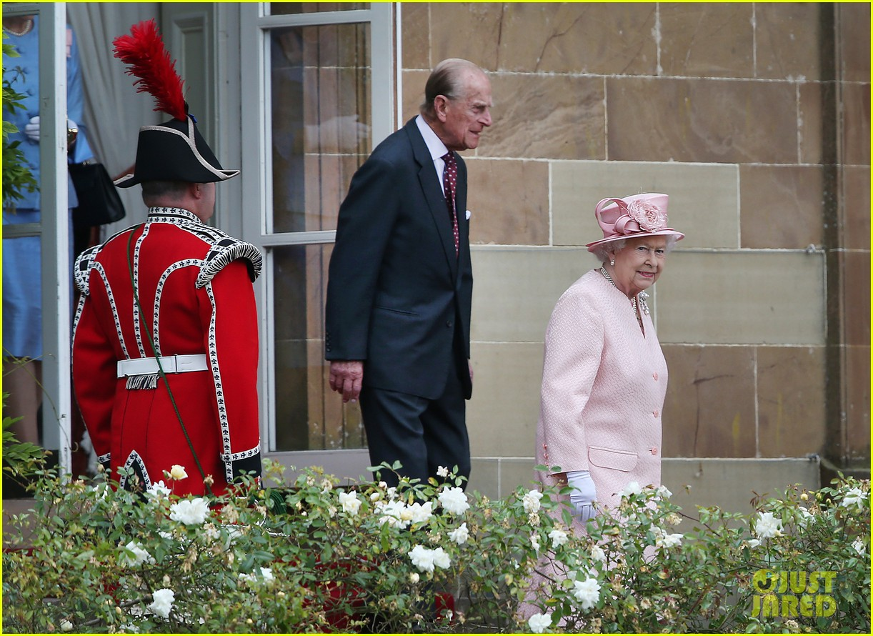 queen elizabeth visits game of thrones set 16