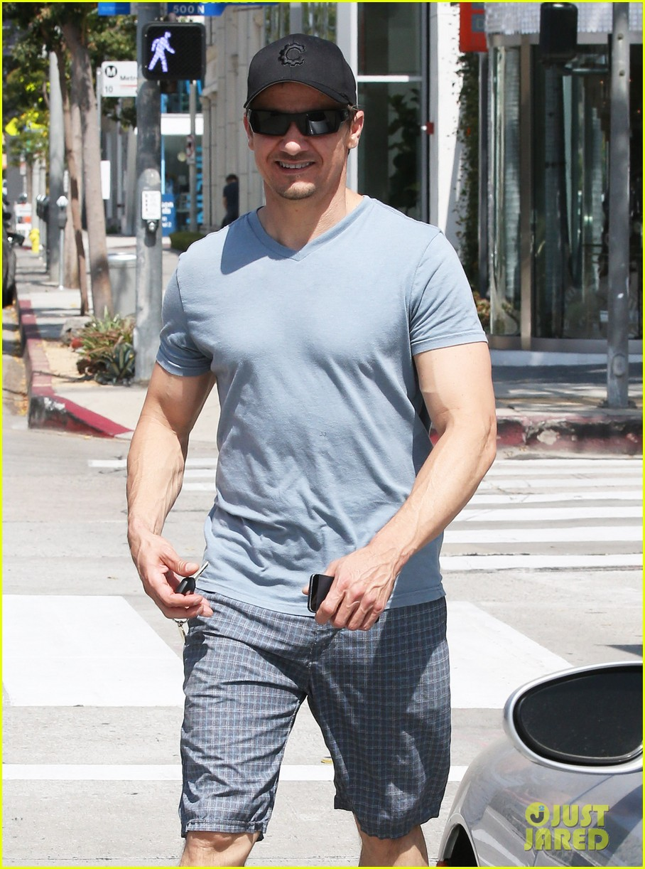 jeremy renner is so ripped his veins are popping out 10