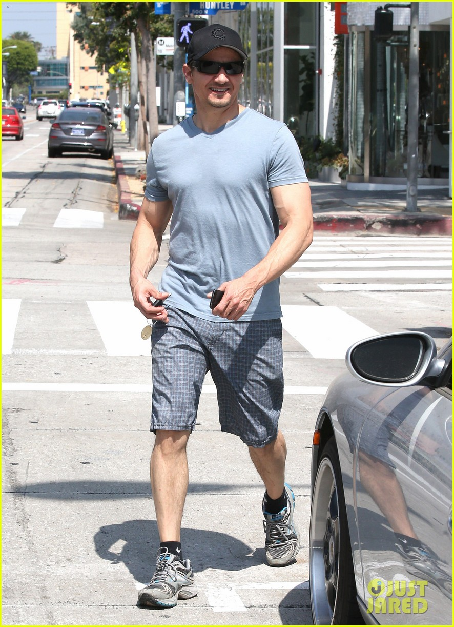 jeremy renner is so ripped his veins are popping out 113144883