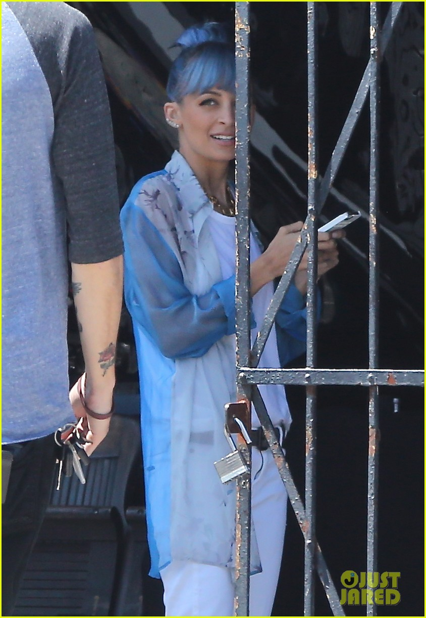 nicole richie debuts new blue hair 02