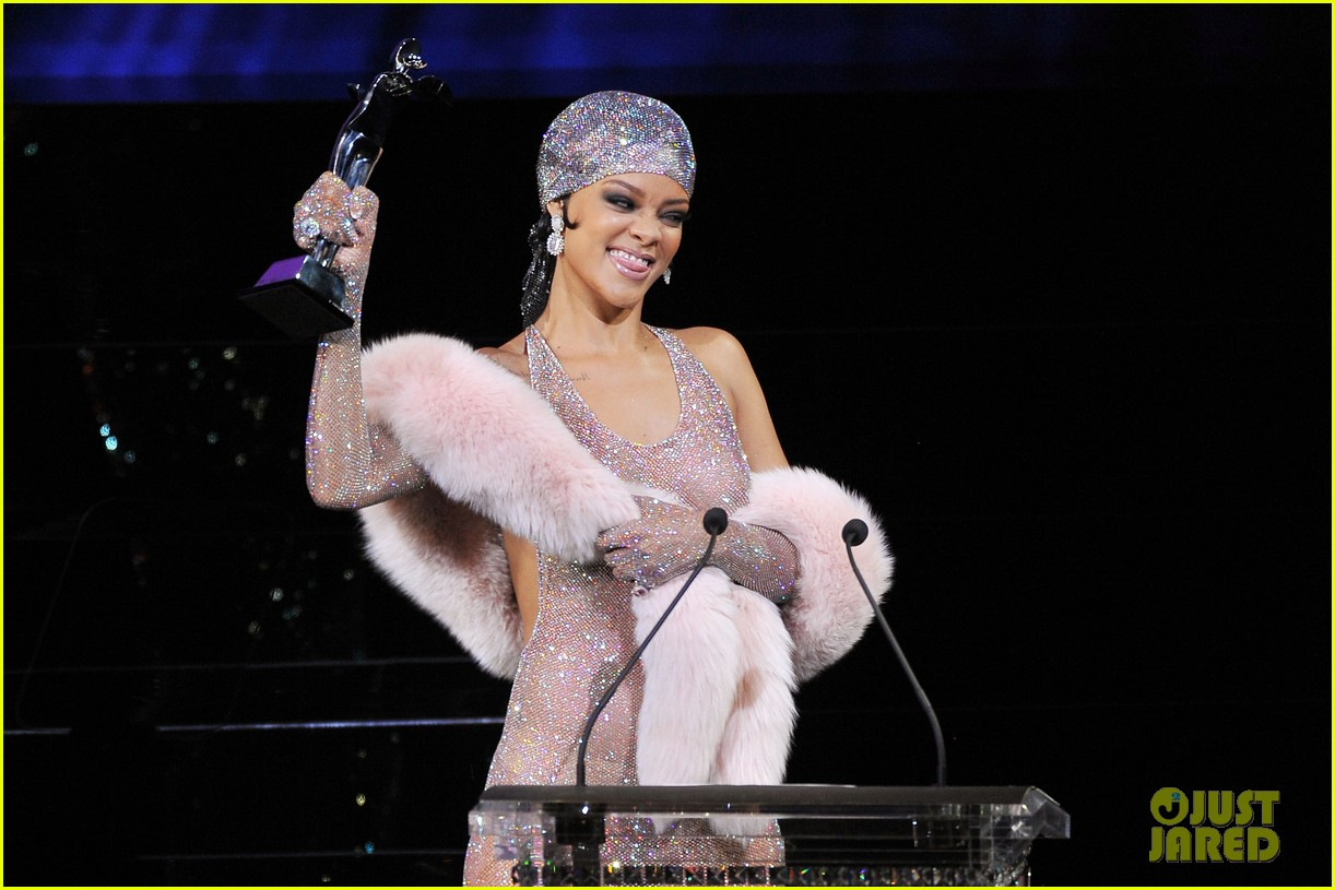 rihanna stylist talks her so naked dress at cfda awards 10
