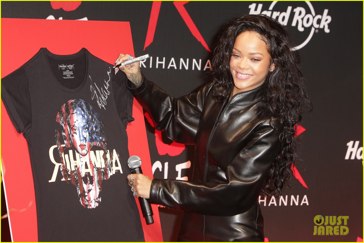 rihanna launches limited edition t shirt for charity 03