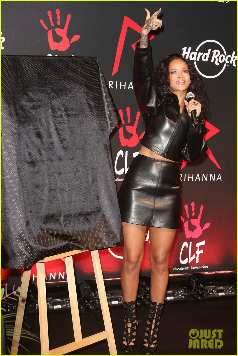 rihanna launches limited edition t shirt for charity 083128852