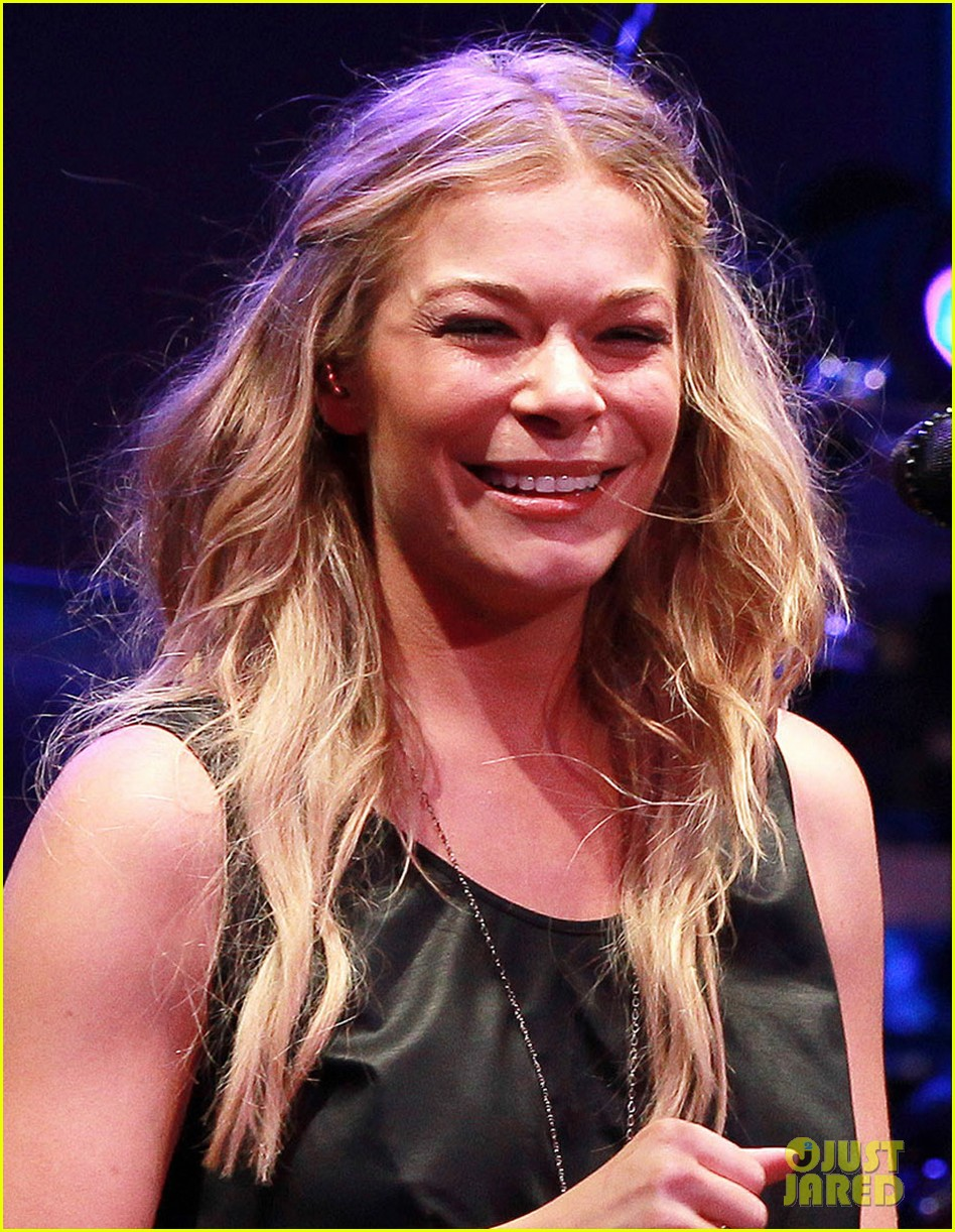 leann rimes wants a cell phone drop in toilet 023130612