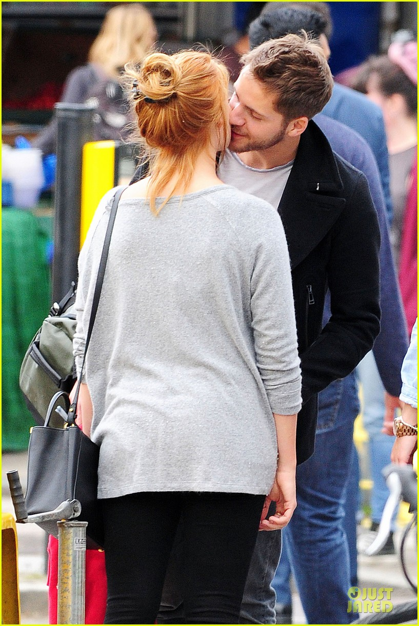 margot robbie smooches mystery man in london 04